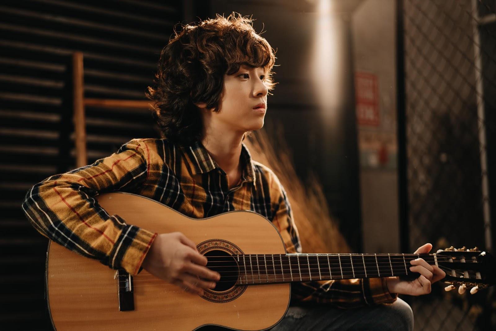Cover hit 'Người hãy quên em' của Mỹ Tâm, Gia Khiêm gây bất ngờ với khả  năng hát tiếng Hàn và đàn guitar